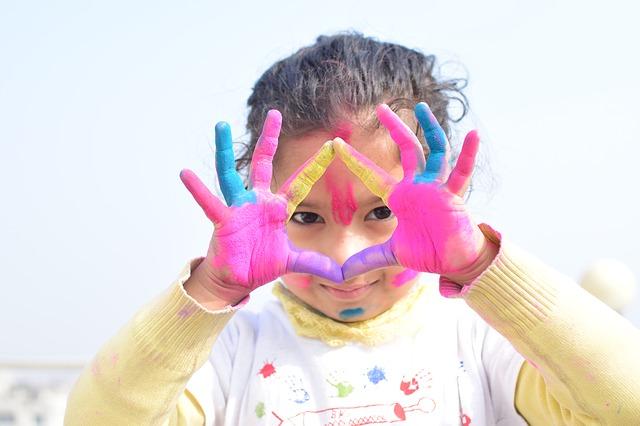 Dziewczynka z dłońmi pomalowanymi farbami