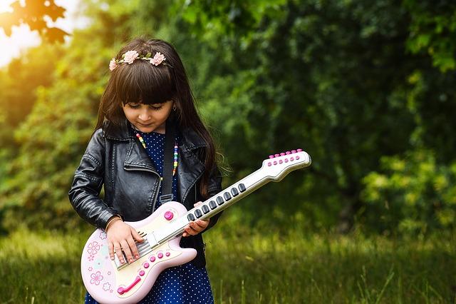 Dziewczynka z gitarą-zabawką