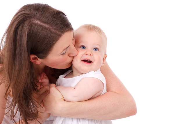 Kobieta całuje dziecko