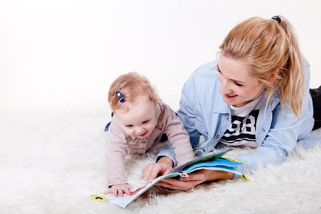 Kobieta pokazuje dziecku książkę