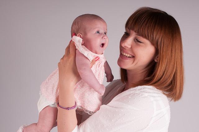 Rudowłosa kobieta z dzieckiem