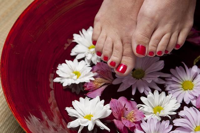 Jak dbać o stopy? Domowe sposoby na pękające pięty