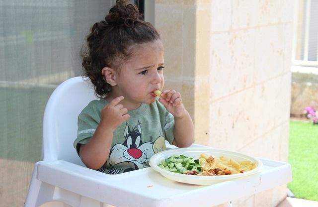 Jedząca dziewczynka