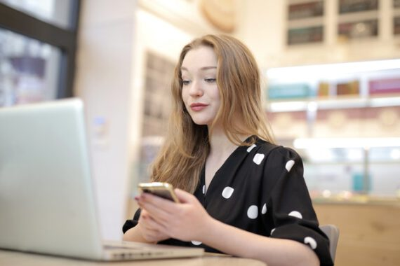 dziewczyna w sukience w biurze